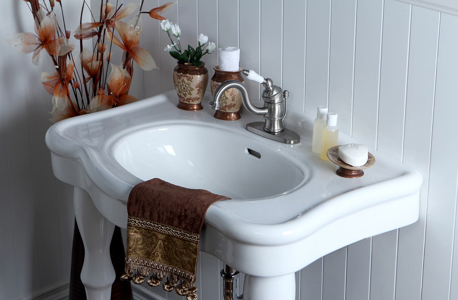 Incorporating exposed pipes in your vintage bathroom design ...